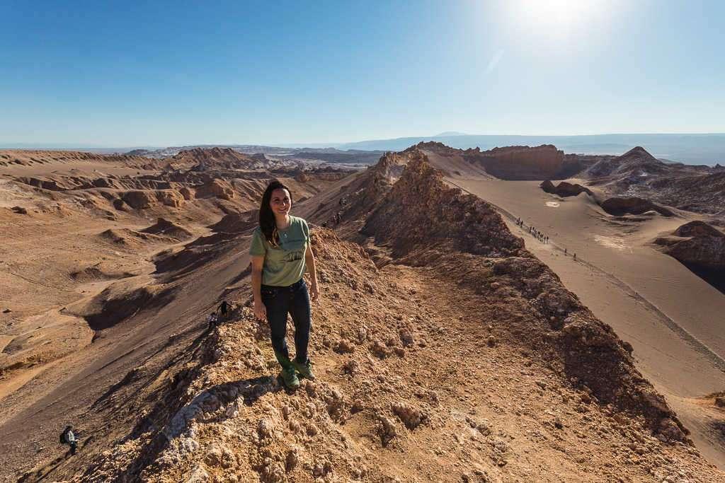 Lena en un mirador del valle de la Luna, Atacama, Chile