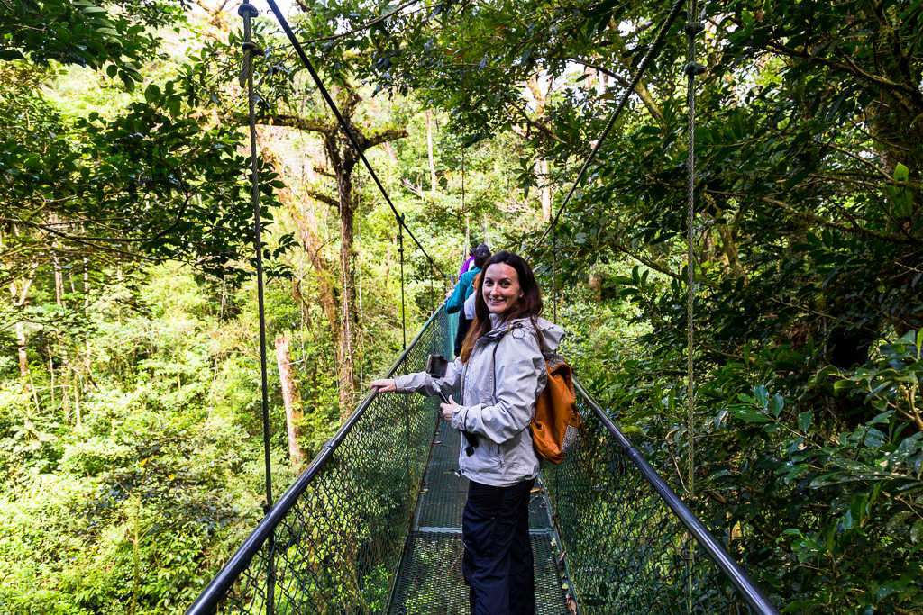 Vistas desde un puente colgante en el bosque nuboso de Monteverde, Costa Rica