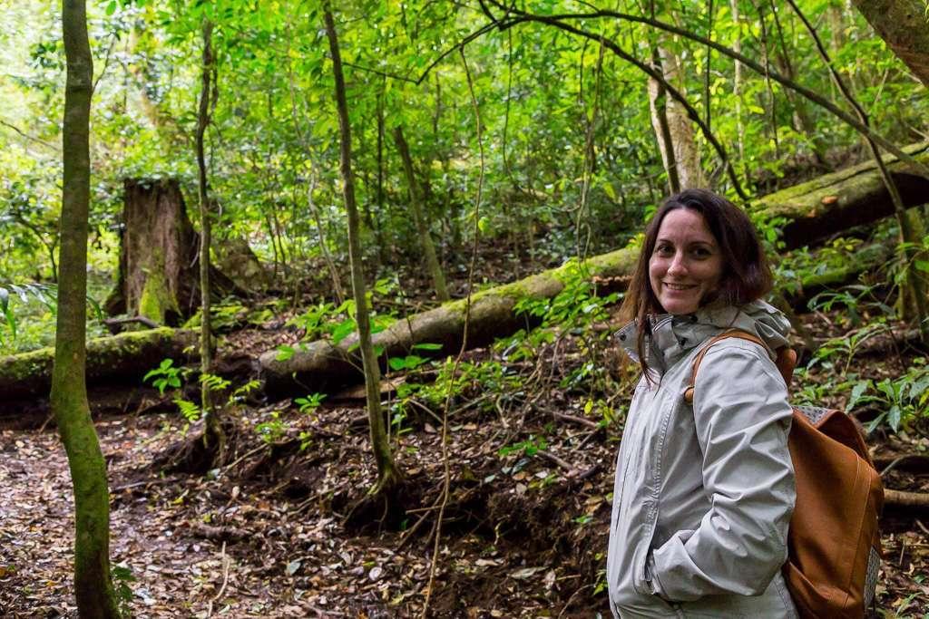 Lena en uno de los senderos del bosque nuboso del Cloud Forest Lodge de Monteverde, Costa Rica