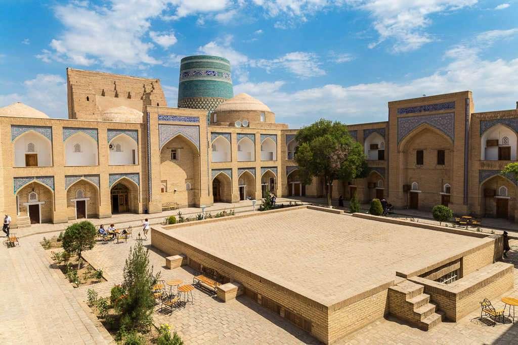 Minarete Kalta Minor desde el interior de una madrasa, Jiva, Uzbekistán