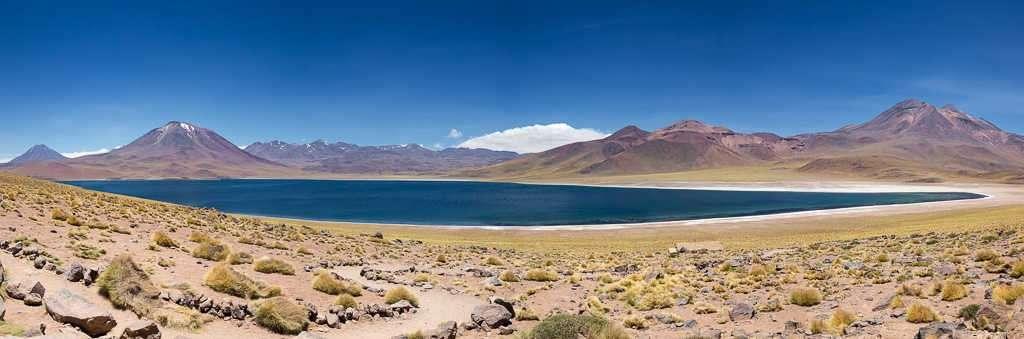 Panorámica de la laguna Miscanti, Atacama, Chile