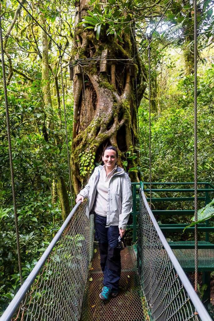 Lena en una pasarela entre árboles en Monteverde, Costa Rica