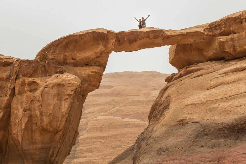 Saludando desde el puente Umm Fruth, Wadi Rum, Jordania