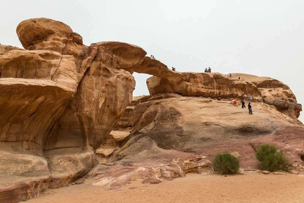 Turistas en el puente Umm Fruth, Wadi Rum, Jordania