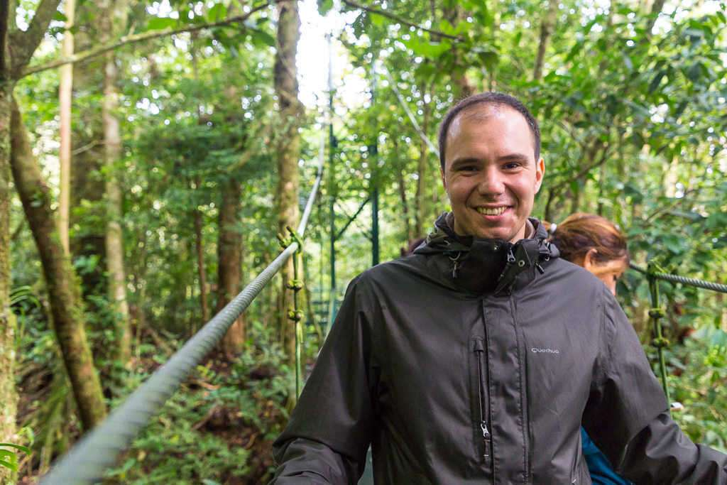 Alberto al inicio de un puente colgante en Monteverde, Costa Rica
