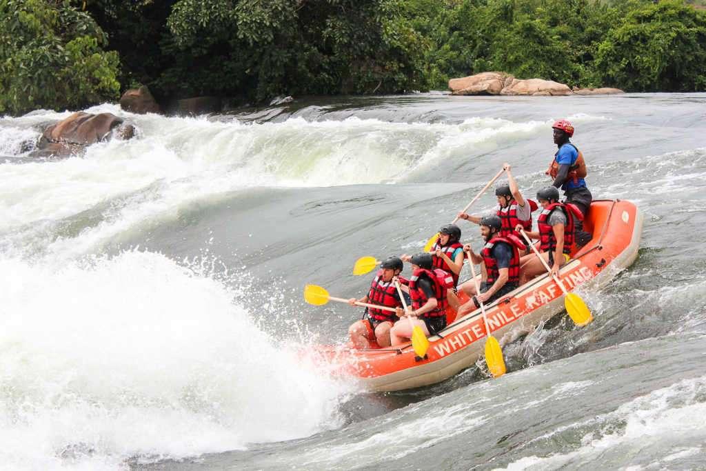 Rápidos durante el rafting en el Nilo Blanco en Jinja (Uganda)