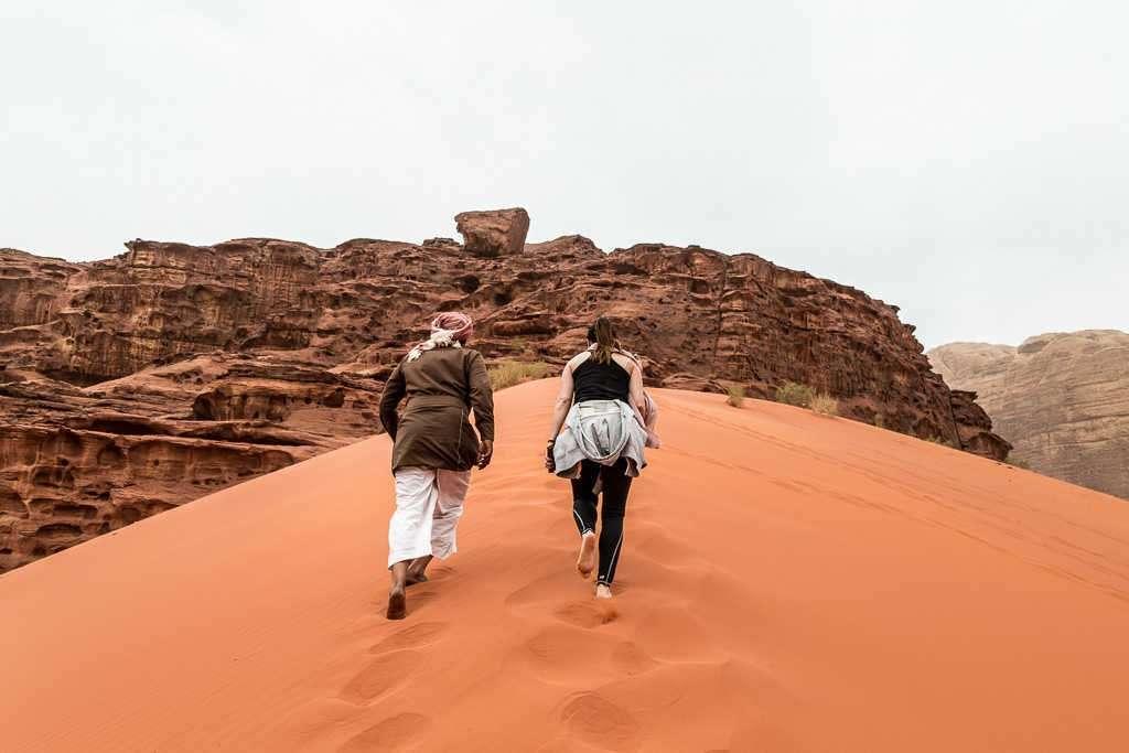Subida a la duna roja, Wadi Rum, Jordania