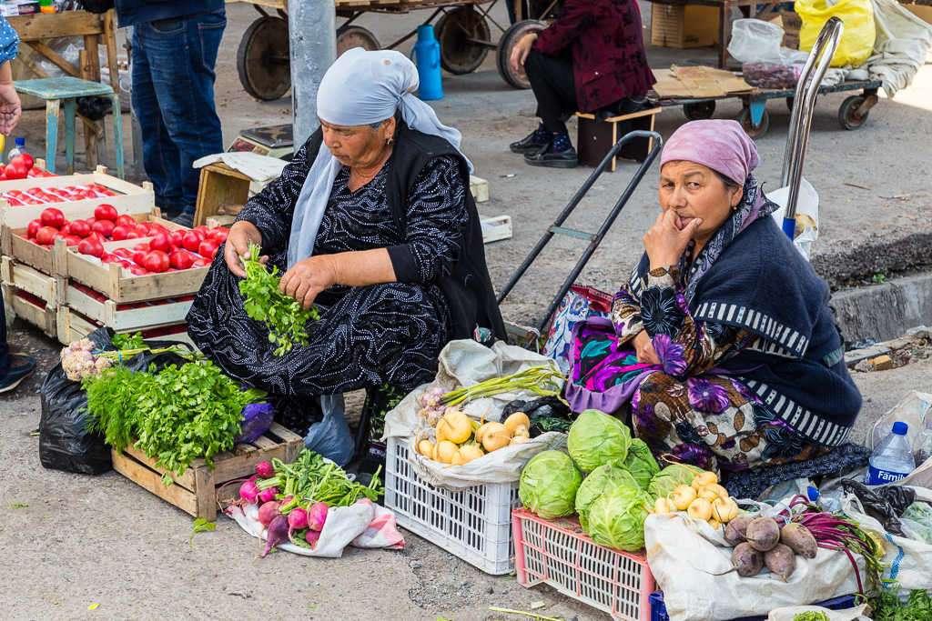 Tenderas en el bazar Chorsu, Tashkent, Uzbekistán