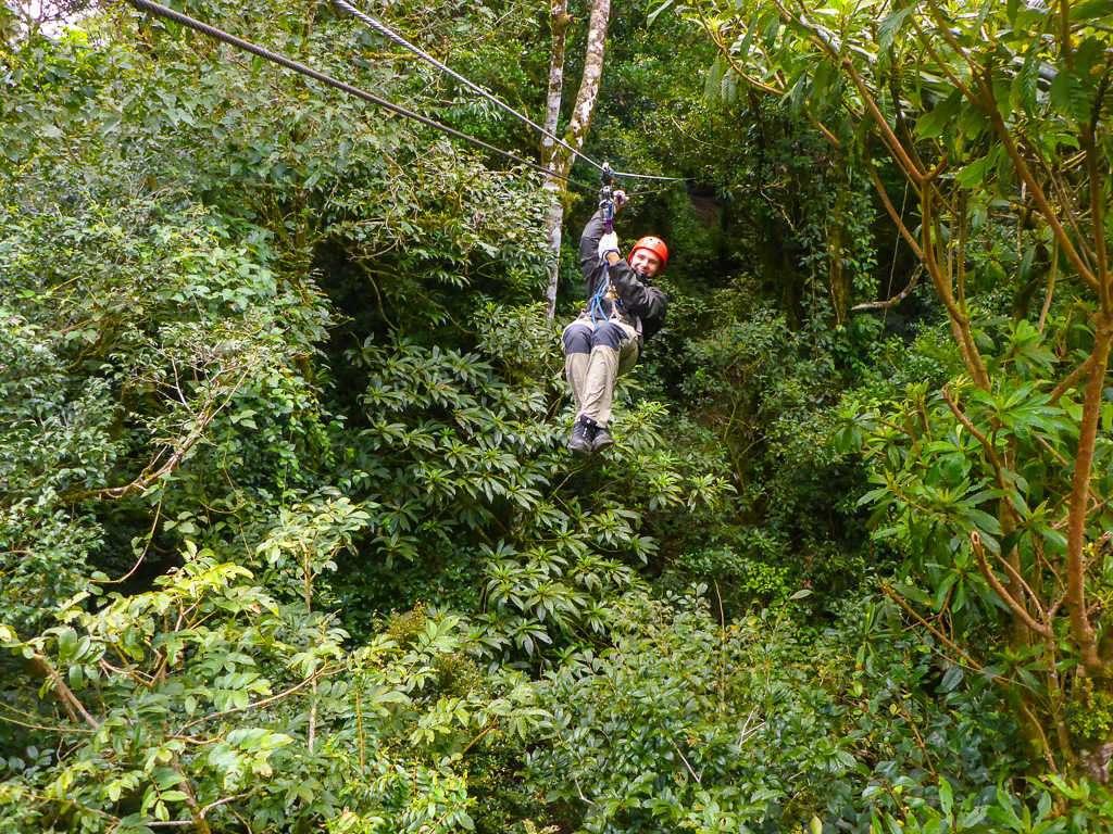 Tirolina o canopy sentado en Monteverde, Costa Rica