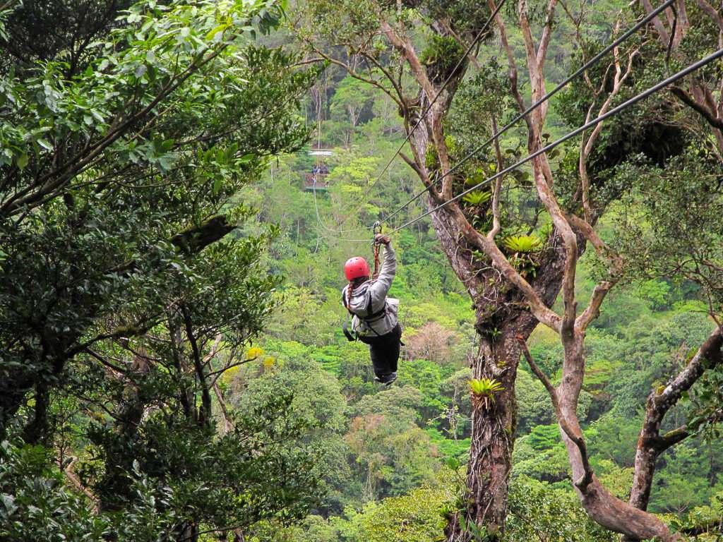 Lena haciendo canopy en Monteverde, Costa Rica