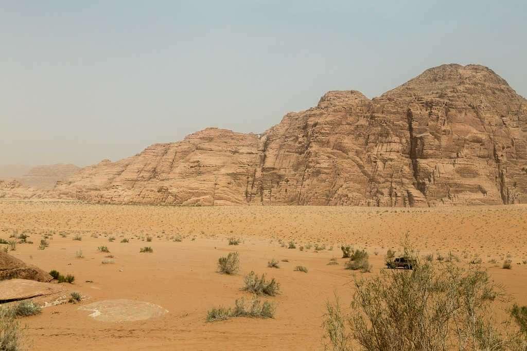 Vista general con el Burdah Arch a lo lejos, Wadi Rum, Jordania