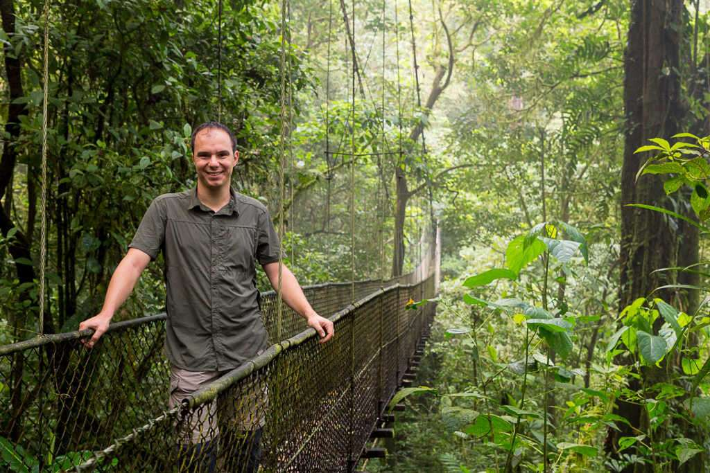 Alberto en un puente colgante en los senderos del Heliconias Lodge, Bijagua, Costa Rica