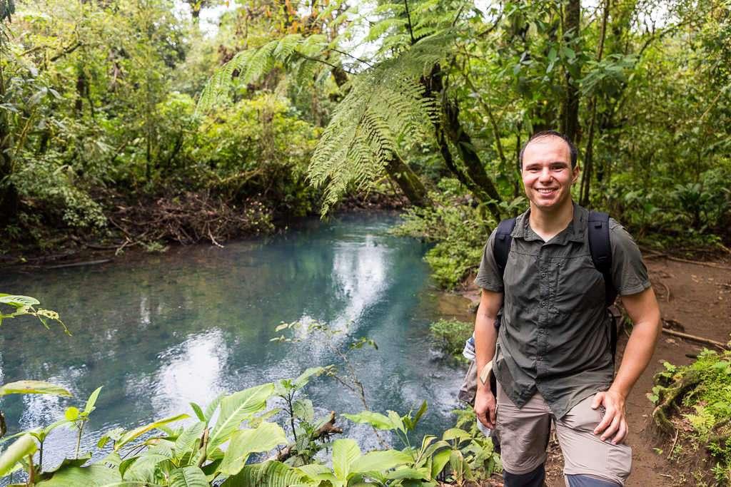 Orilla del río Cesleste en el parque nacional Volcán Tenorio, Costa Rica