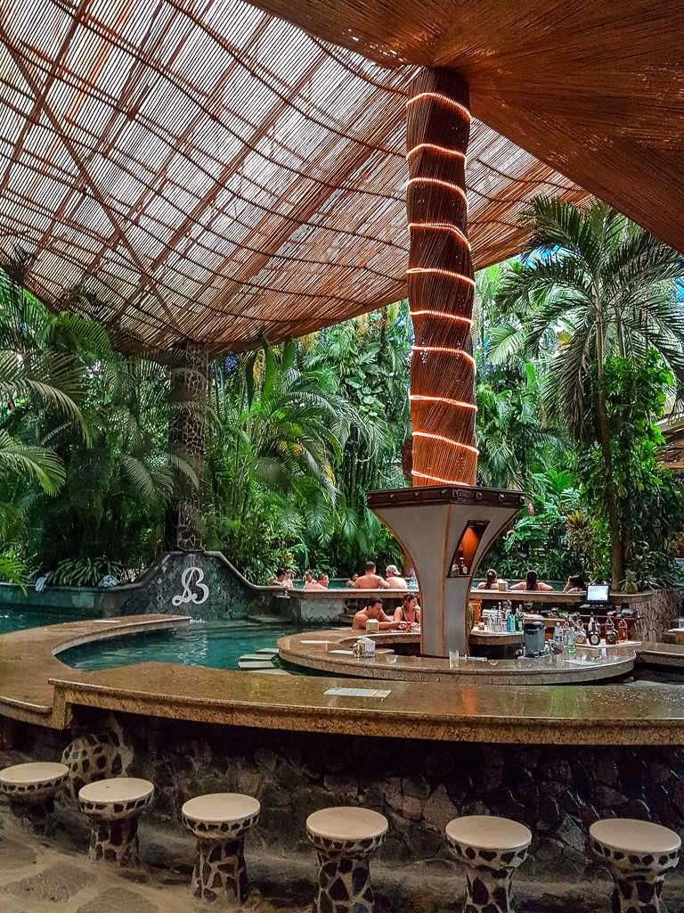 Piscina con barra de bar en las termas Baldi, Arenal, Costa Rica