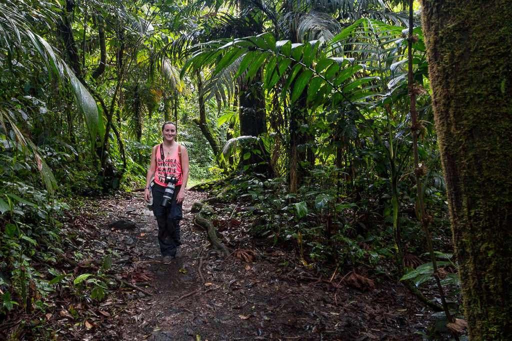 Lena en uno de los caminos del parque nacional Volcán Arenal, Costa Rica
