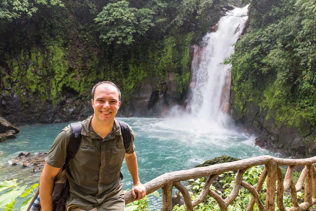 Alberto frente a la catarata río Celeste, parque nacional Volcán Tenorio, Costa Rica