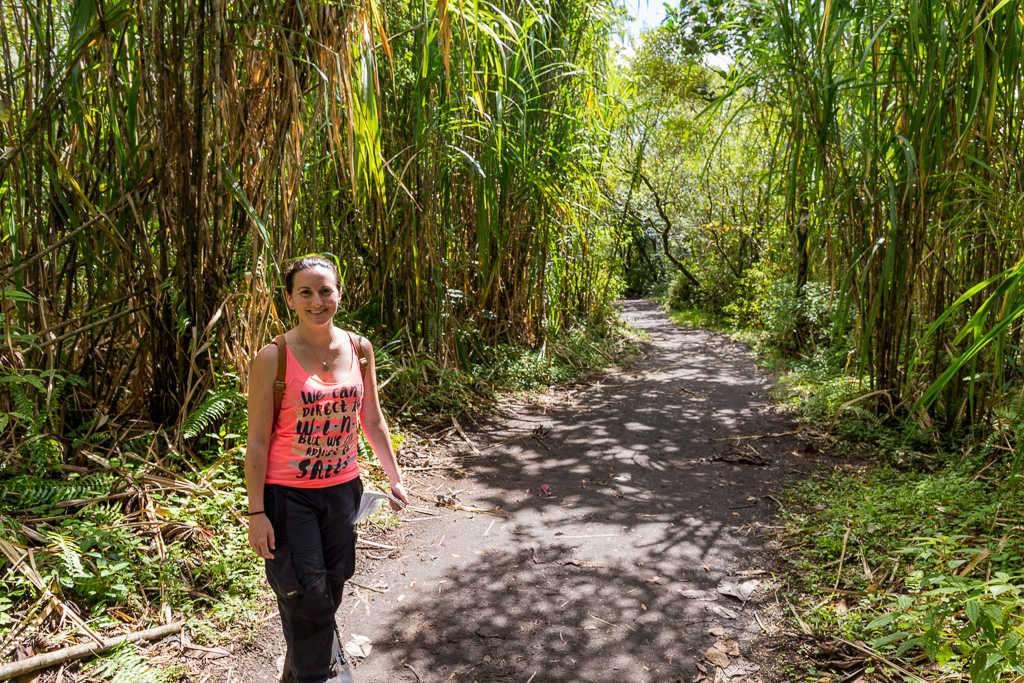 Lena en la primera parte del sendero Las Coladas, parque nacional Volcán Arenal, Costa Rica