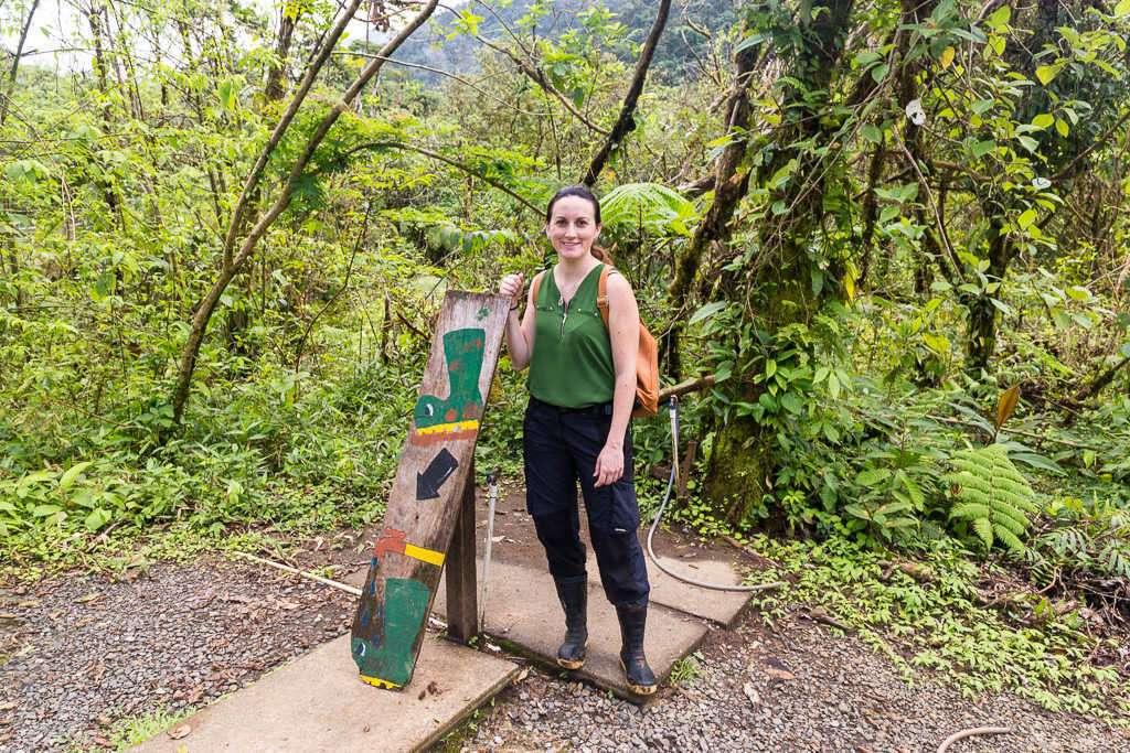 Lugar para limpiar las botas de agua en el parque nacional Volcán Tenorio, Costa Rica