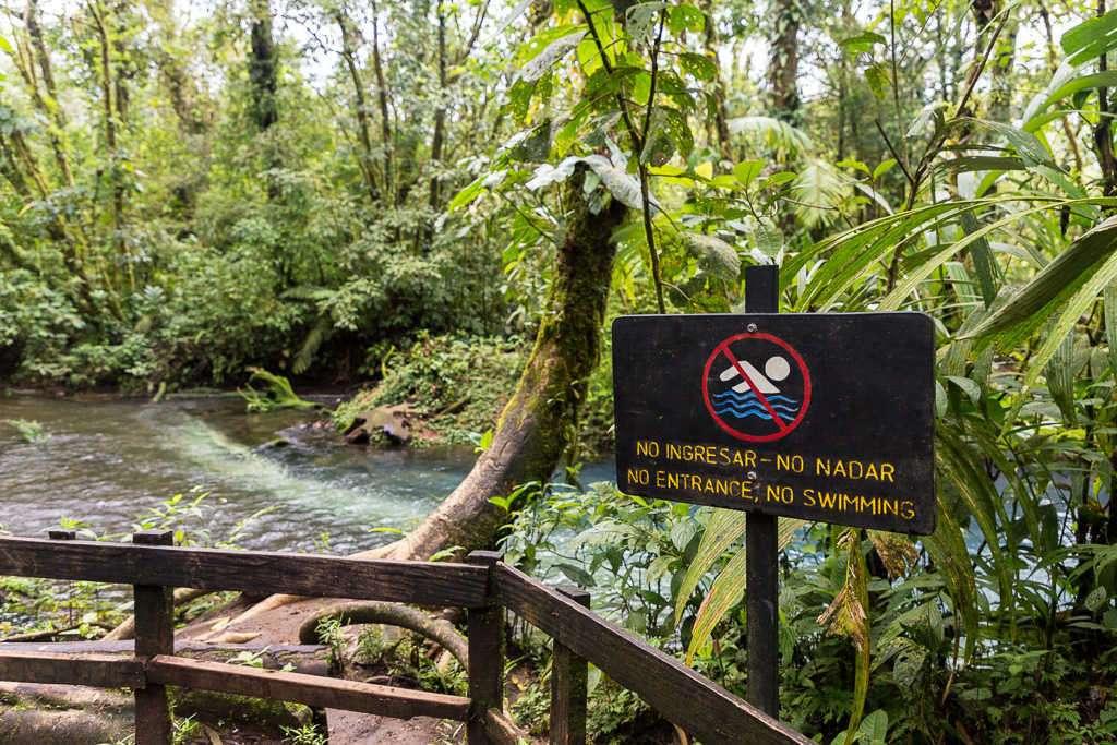 Prohibido bañarse en río Celeste, parque nacional Volcán Tenorio, Costa Rica