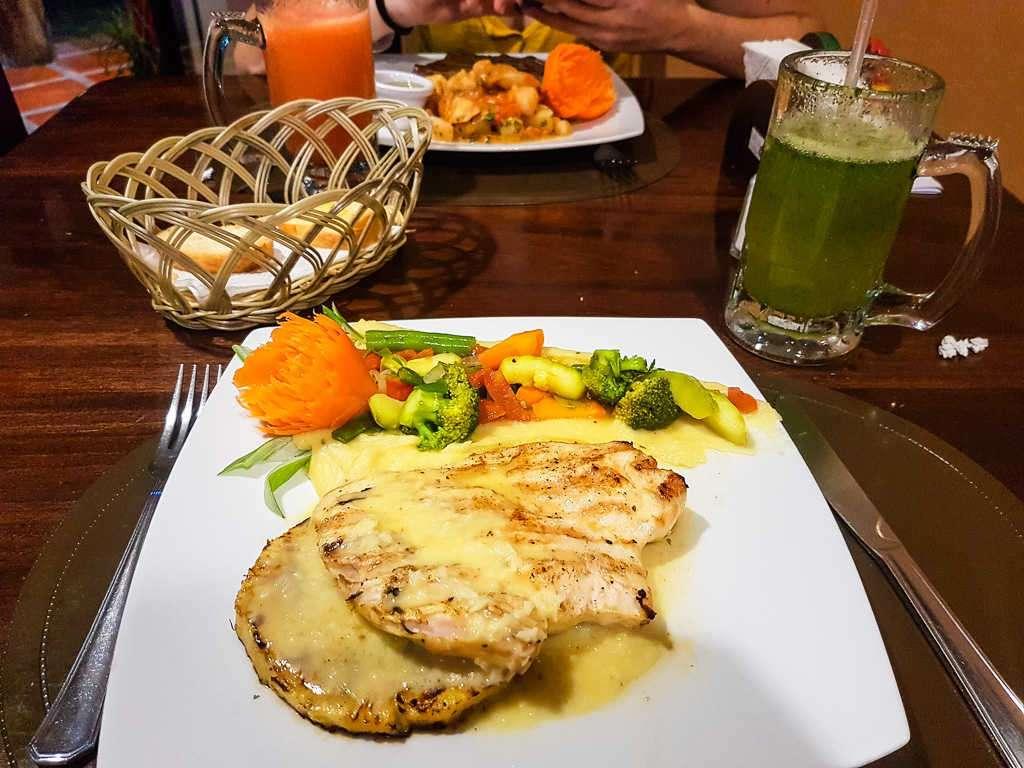 Pollo tropical en el restaurante Tierra Mía, La Fortuna, Costa Rica
