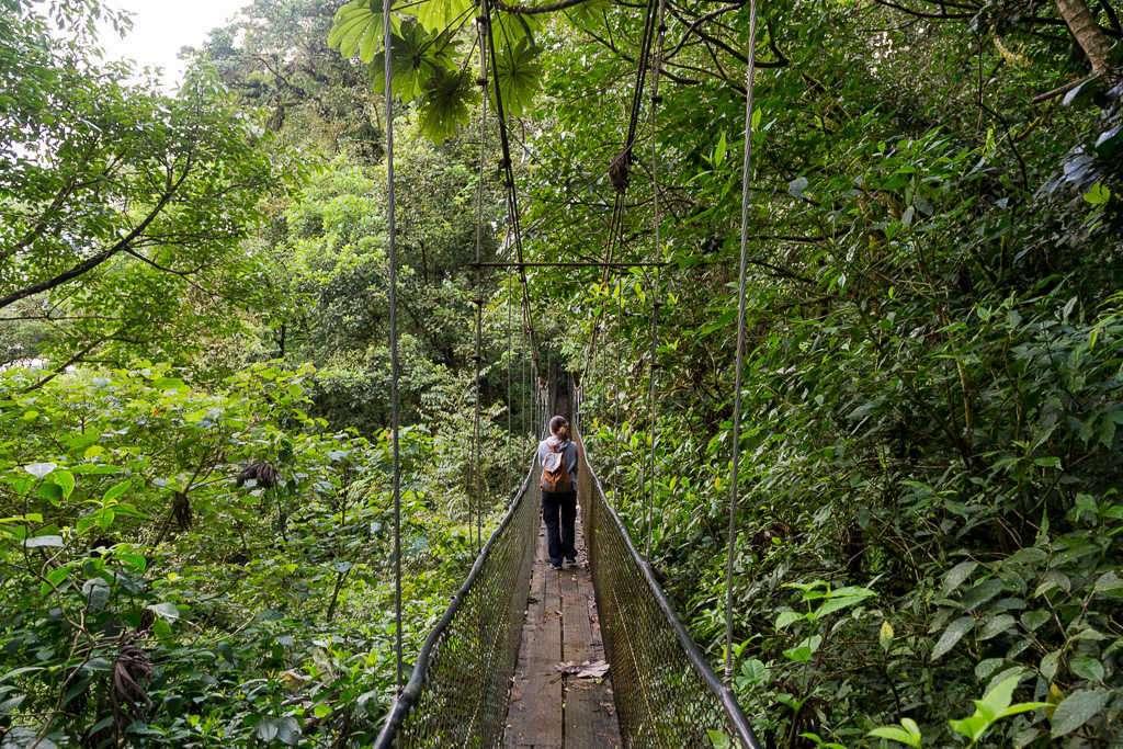 Lena en un puente colgante en los senderos del Heliconias Lodge, Bijagua, Costa Rica