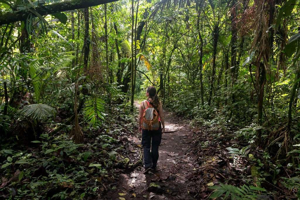 Lena caminando por los senderos del parque nacional Volcán Arenal, Costa Rica