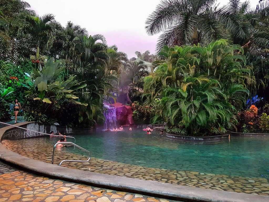 Piscina con cascada en las termas Baldi, Arenal, Costa Rica