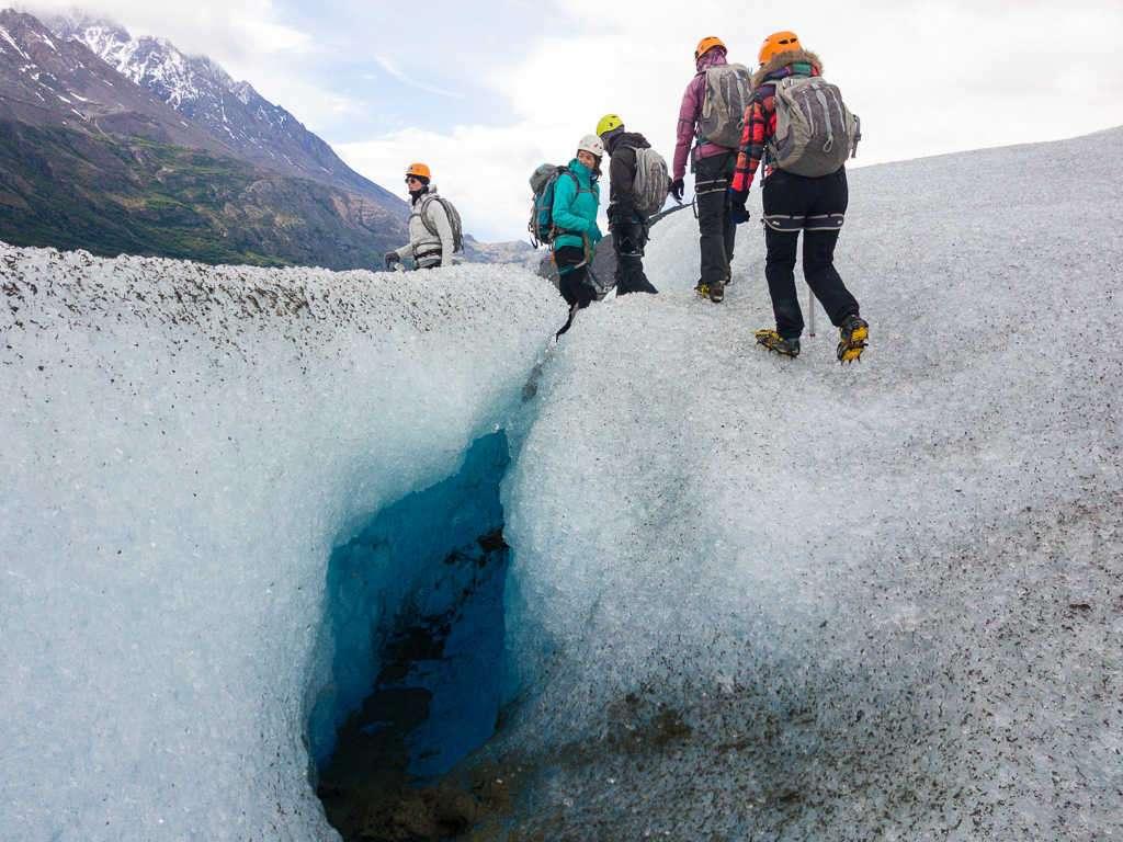 Agujeros en la caminata sobre el hielo del glaciar Grey, Torres del Paine, Chile