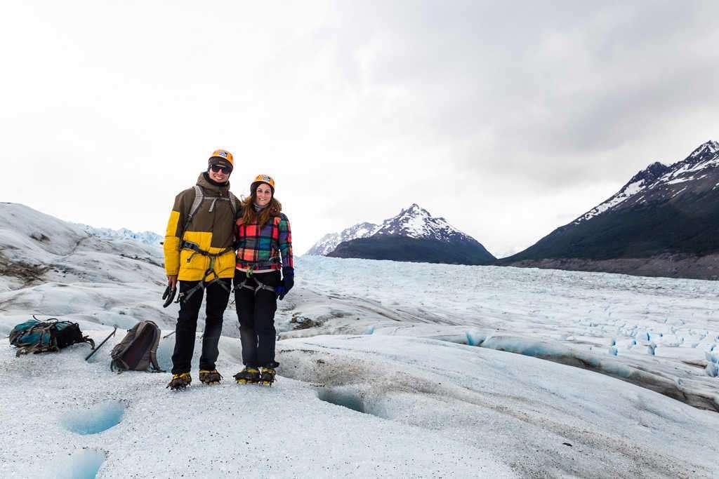 Juntos en la caminata sobre el hielo del glaciar Grey, Torres del Paine, Chile