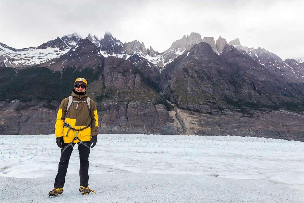 Alberto frente a las montañas en la caminata sobre el hielo del glaciar Grey, Torres del Paine, Chile