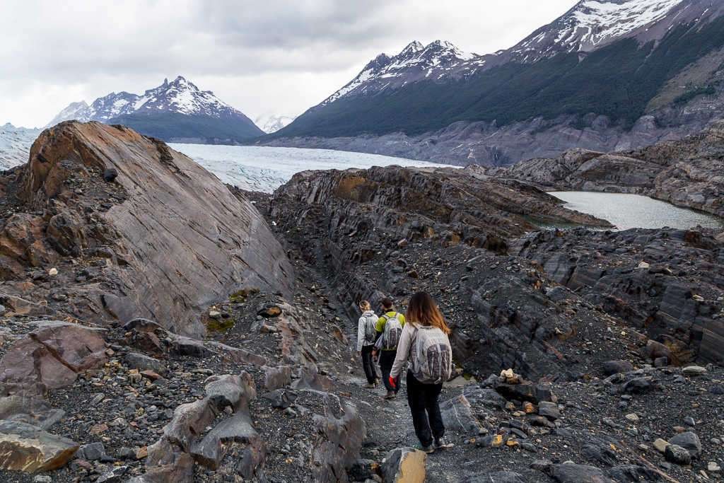 Bajada en la caminata sobre las rocas de la isla Nunatak, glaciar Grey, Torres del Paine, Chile