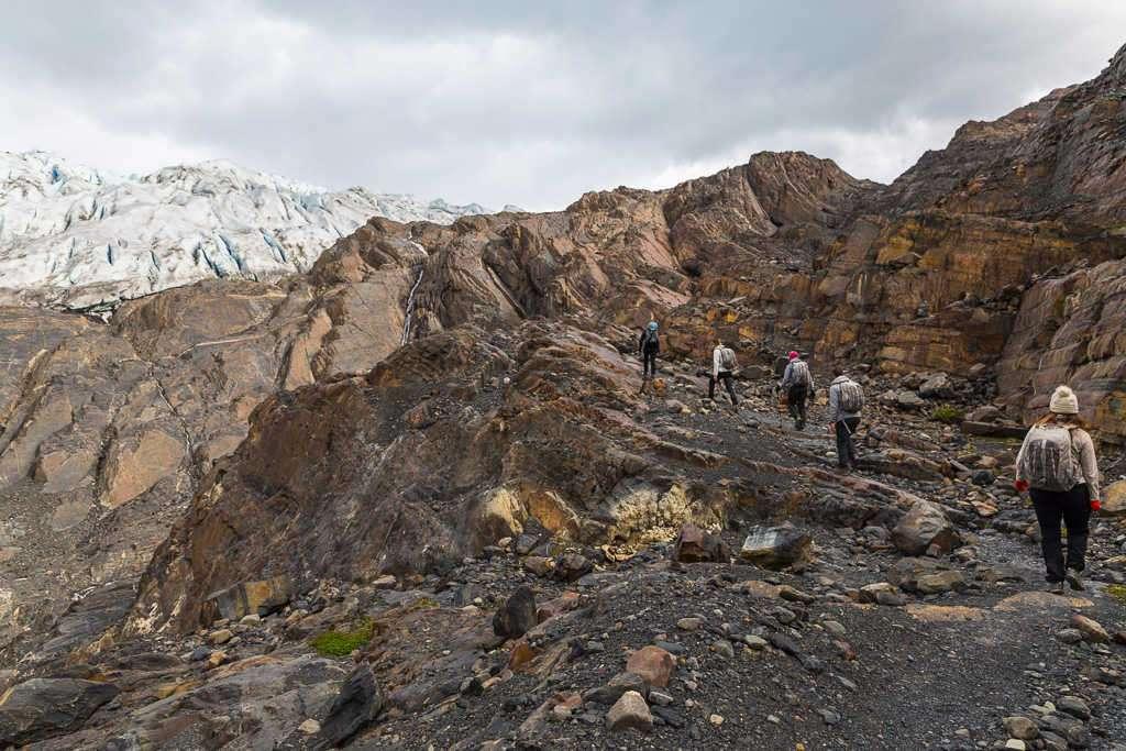 Caminata sobre las rocas de la isla Nunatak, glaciar Grey, Torres del Paine, Chile