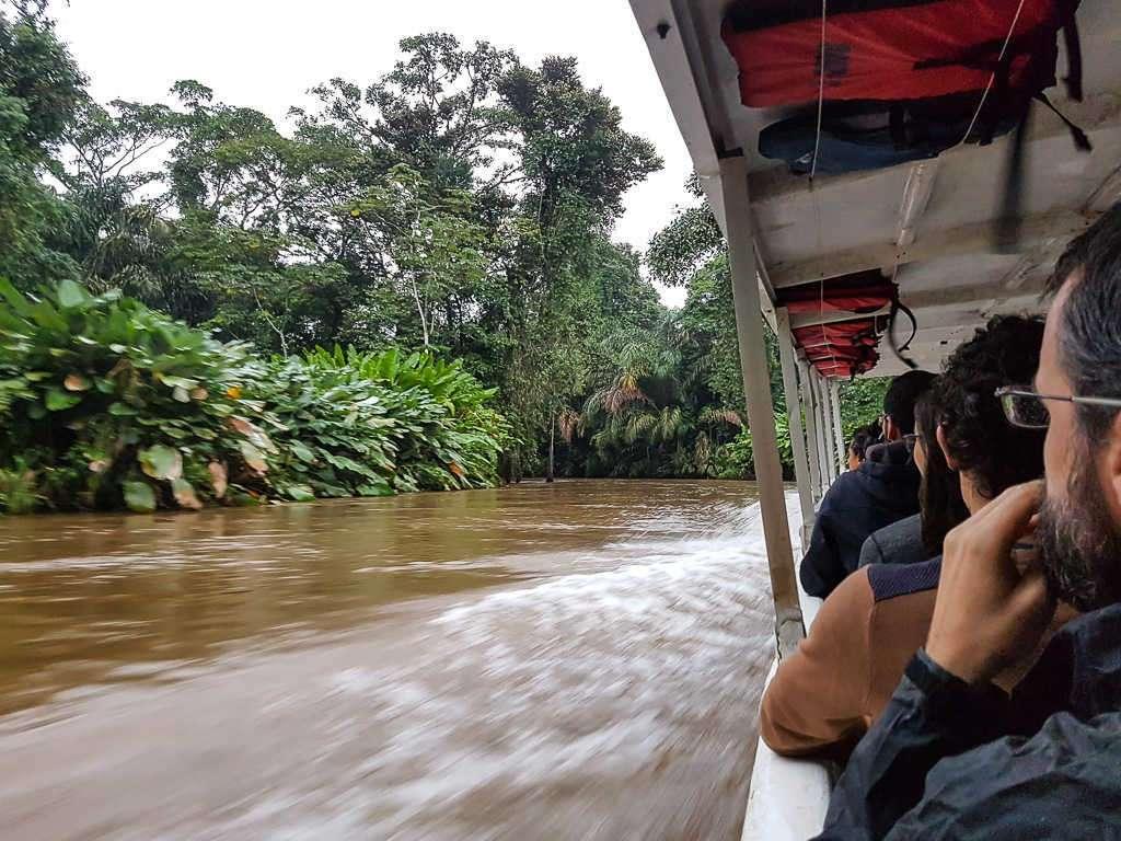 Barco y canales de camino a Tortuguero, Costa Rica