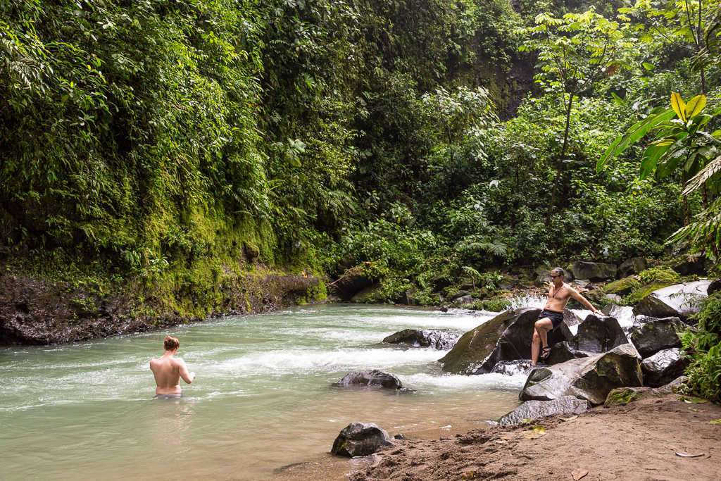 Zona de baño en el río cerca de la catarata La Fortuna, Arenal, Costa Rica