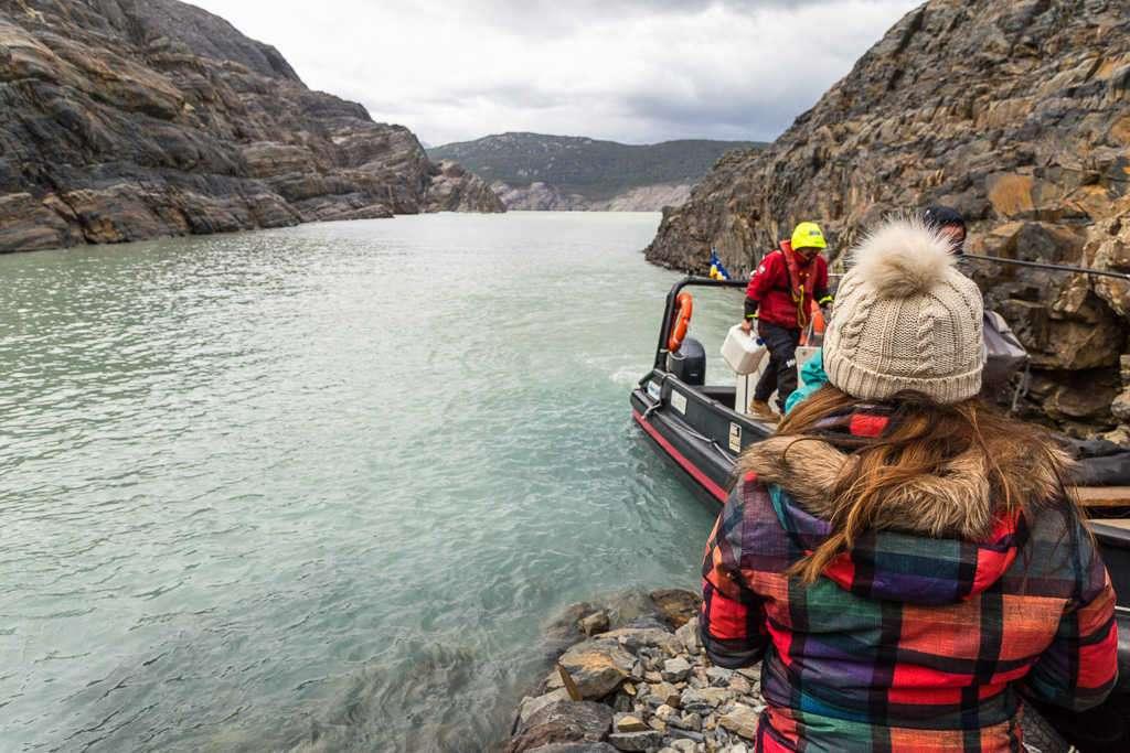 Desembarcando en la isla Nunatak, glaciar Grey, Torres del Paine, Chile