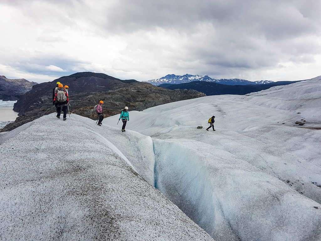 Grietas en la caminata sobre el hielo del glaciar Grey, Torres del Paine, Chile