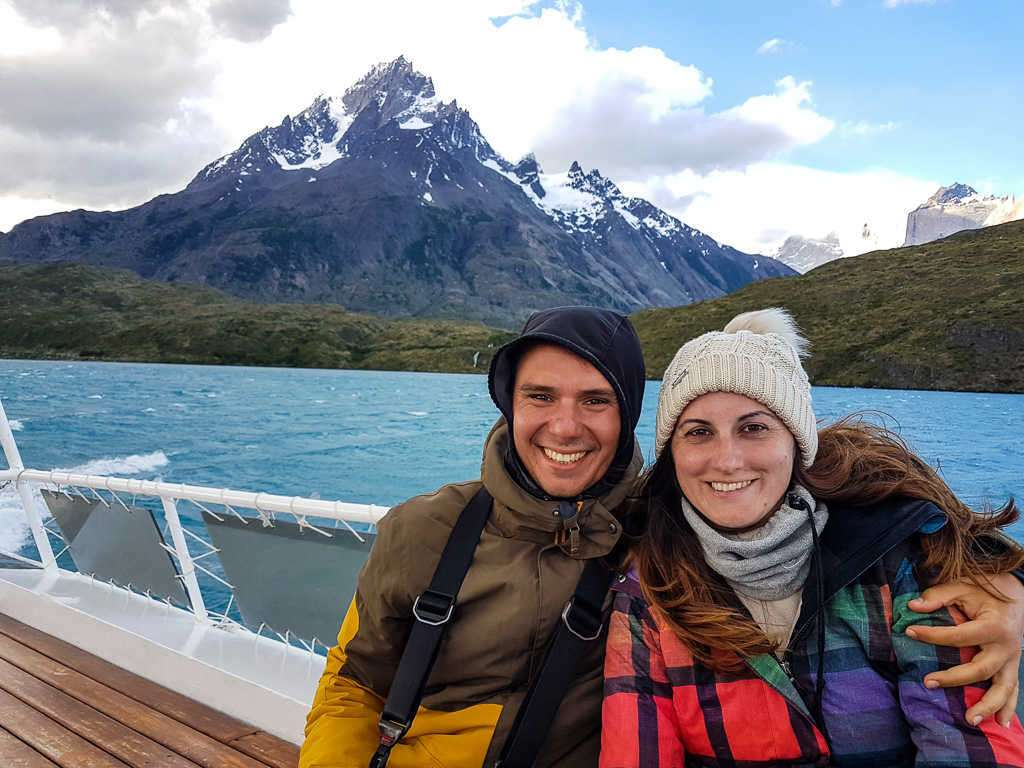Juntos en el ferry en el lago Pehoé de Paine Grande a Pudeto, Torres del Paine, Chile