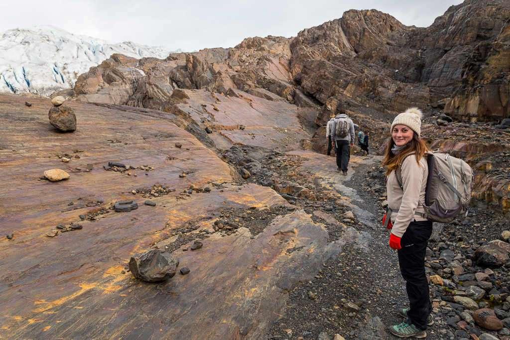 Lena en la caminata sobre las rocas de la isla Nunatak, glaciar Grey, Torres del Paine, Chile
