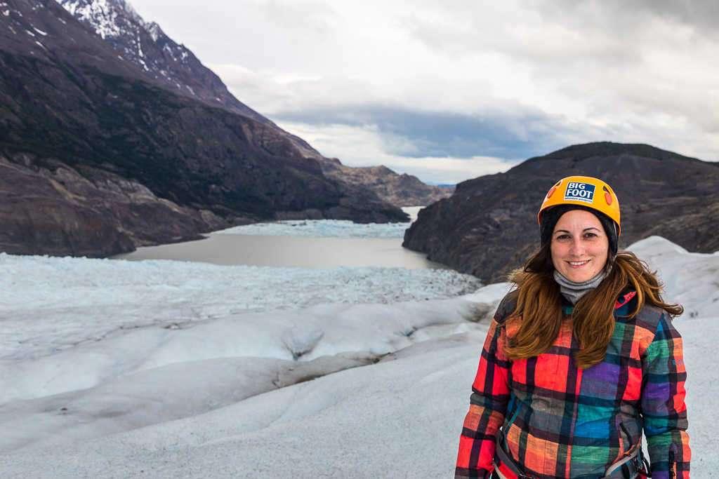 Lena frente al lago en la caminata sobre el hielo del glaciar Grey, Torres del Paine, Chile