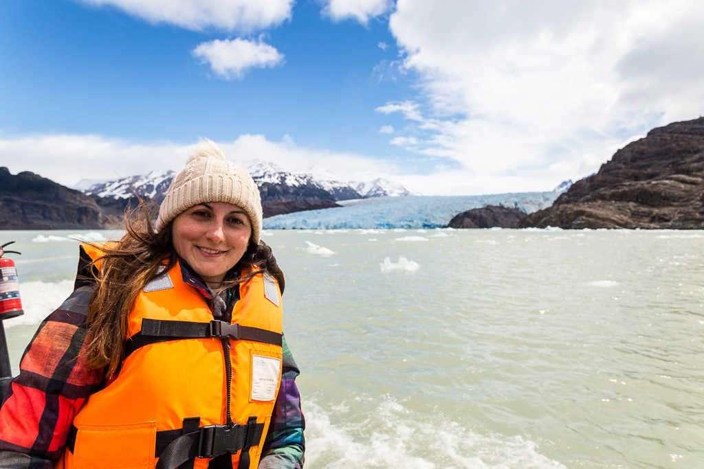 Lena en la lancha frente al glaciar Grey, Torres del Paine, Chile