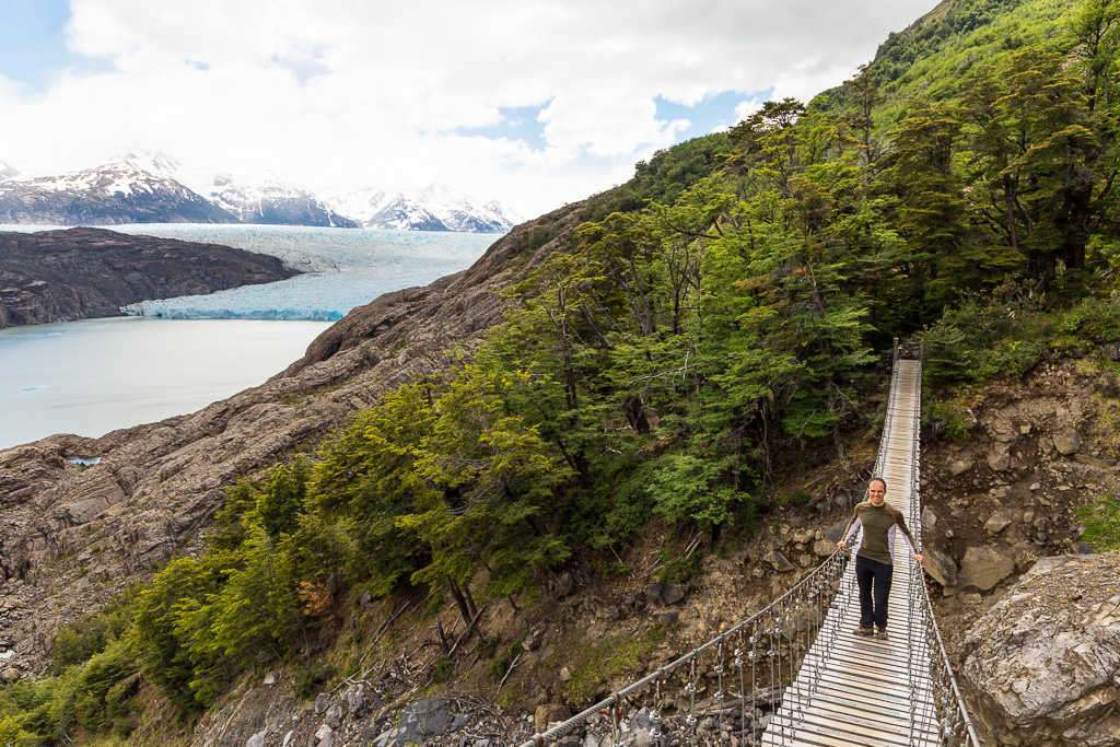 Puente colgante frente al glaciar Grey, Torres del Paine, Chile