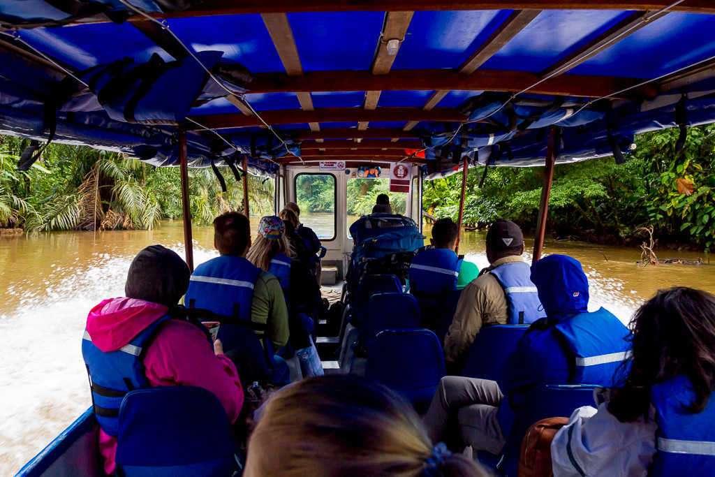 Barco que va de Tortuguero a La Pavona, Costa Rica