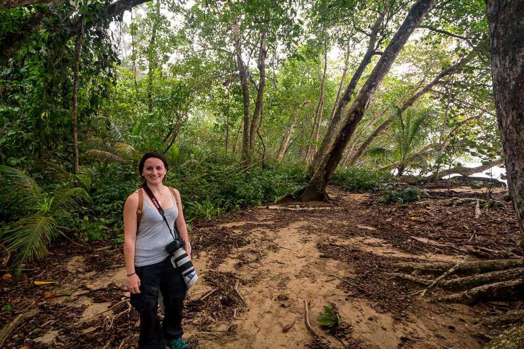 Sendero dentro cerca de playa Blanca en el parque nacional Cahuita, Costa Rica