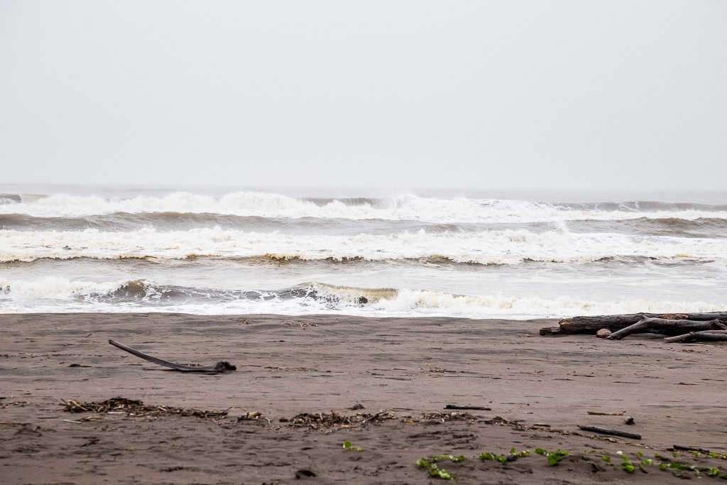 Oleaje en la playa de Tortuguero, Costa Rica