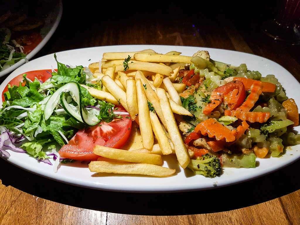 Filete de pollo con patatas y verduras en Ricky's bar, Cahuita, Costa Rica