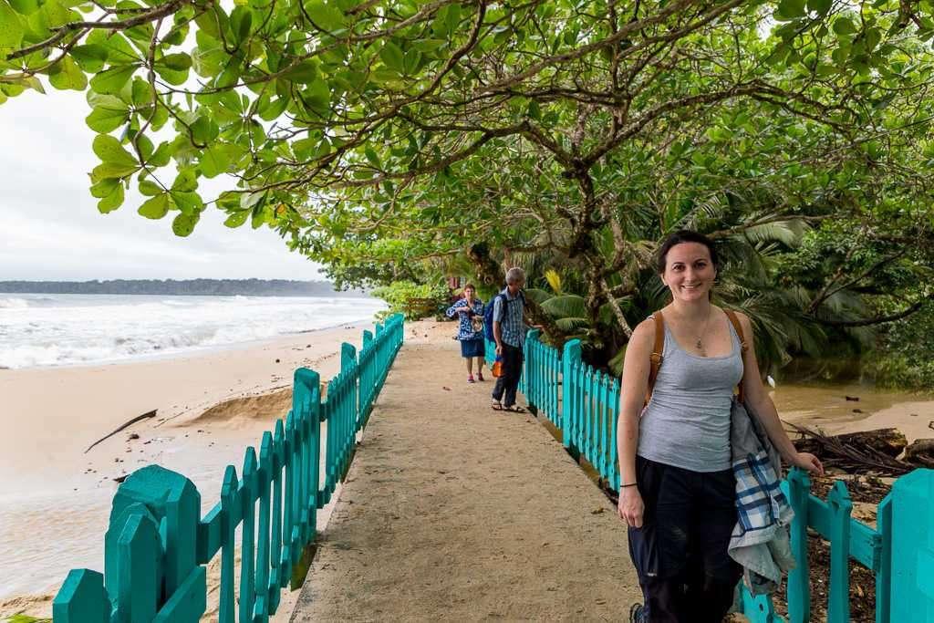Puente sobre el río Kelly Creek cercano a la entrada del parque nacional Cahuita, Costa Rica