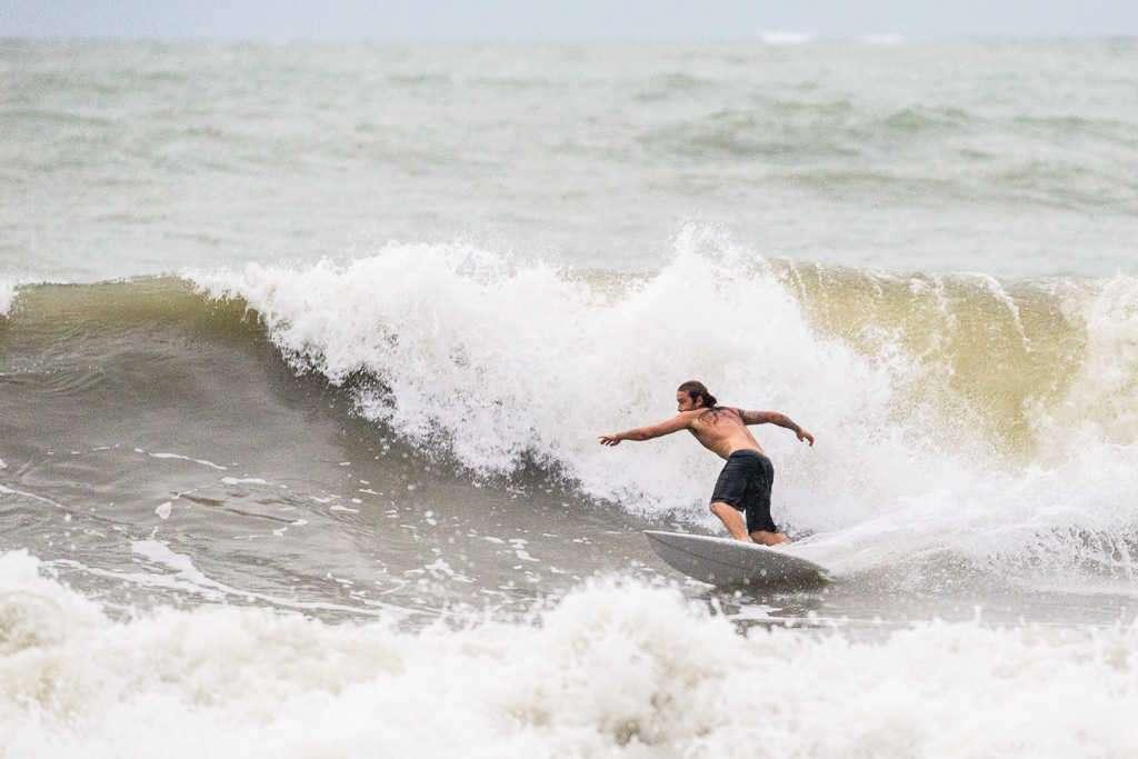 Surfista en playa Blanca, parque nacional Cahuita, Costa Rica
