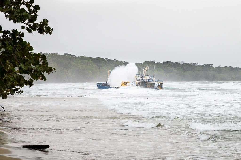 Barco varado en la playa de Manzanillo sufriendo un temporal, Cahuita, Costa Rica