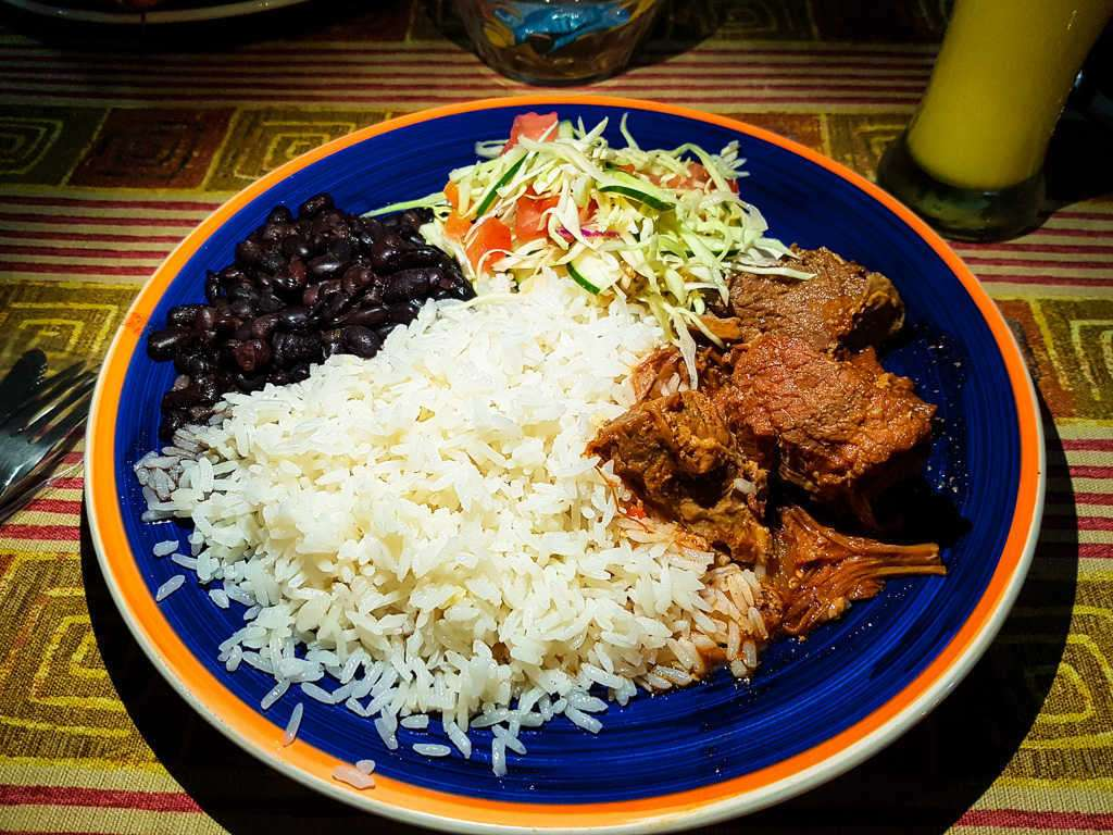 Casado con carne en salsa, soda Kawe, Cahuita, Costa Rica