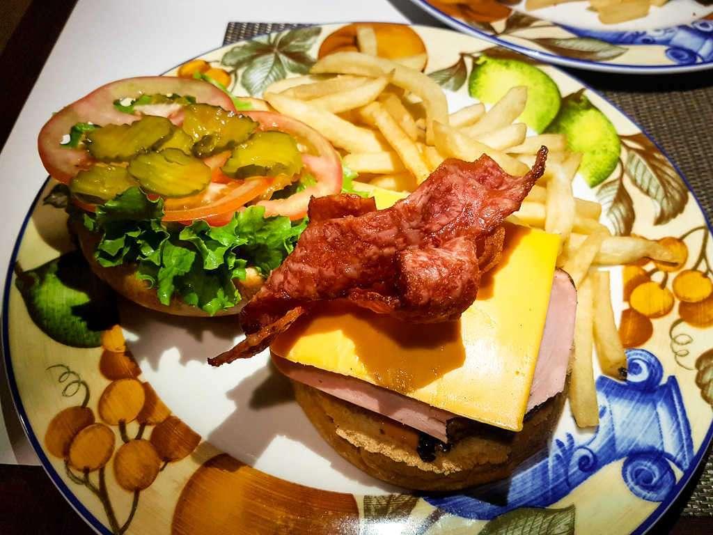 Hamburguesa en el restaurante del hotel Country Inn & Suites, San José, Costa Rica